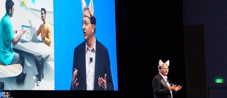 An informally dressed Justin Rattner welcomes attendees to the closing keynote of IDF in San Francisco.