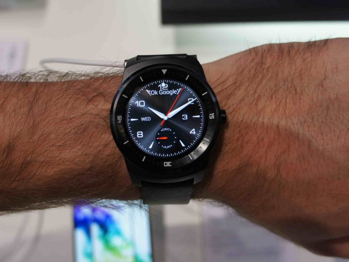 LG G Watch R hands on review on wrist