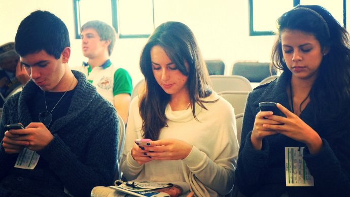 youths_on_smartphones