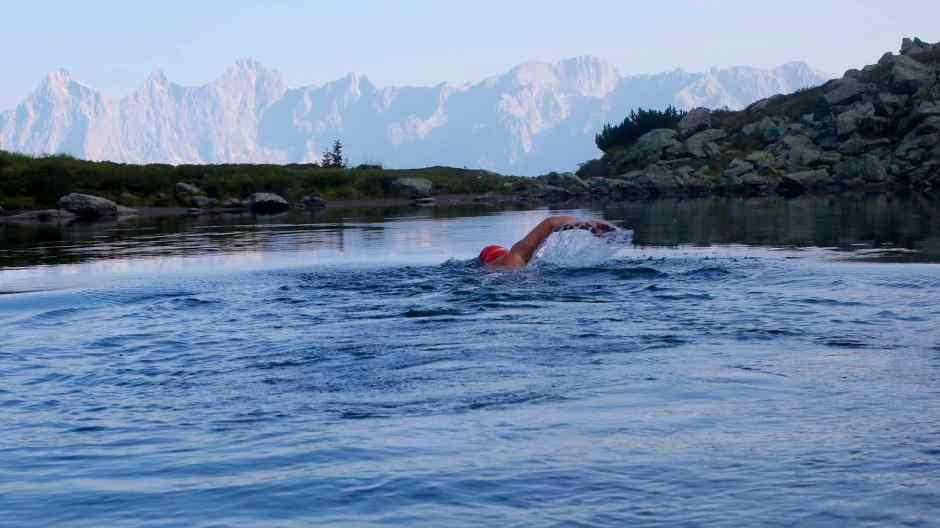 Der Mann, der in Postkarten schwimmen kann.Hier in einem der schönsten Bergseen der Alpen: Spiegelsee samt Dachstein