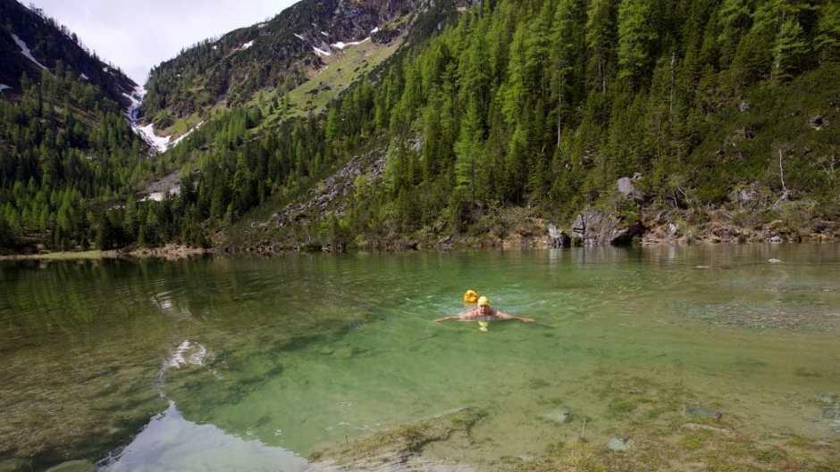 Bei meiner Beschwimmung im Frühjahr 2018 hatte der Schödersee bei Hüttschlag gerade einmal 6,5 Grad. Als periodischer Bergsee ist er nur nach Schneeschmelze und längeren Regenfällen existent.