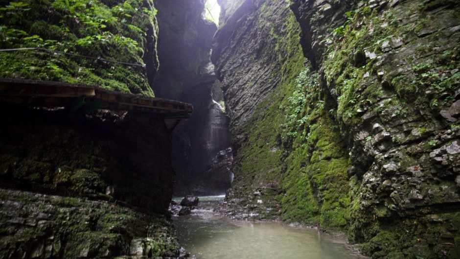 Je näher man an den Kozjak Wasserfall herankommt umso lauter wird es