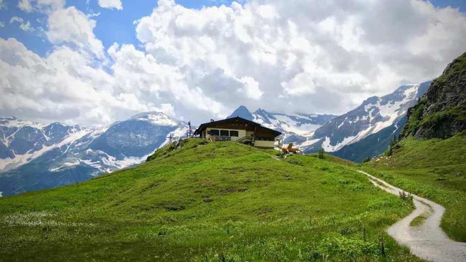 Vom Bockhartseehaus hat man einen fanstatsichen Ausblick in die Hohen Tauern.