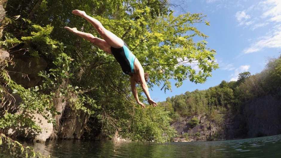 Nicht nur fürs Wildswimming sondern auch zum Klippenspringen sind die steil abfallenden wildswimming-Spots im Steinbruch ideal.