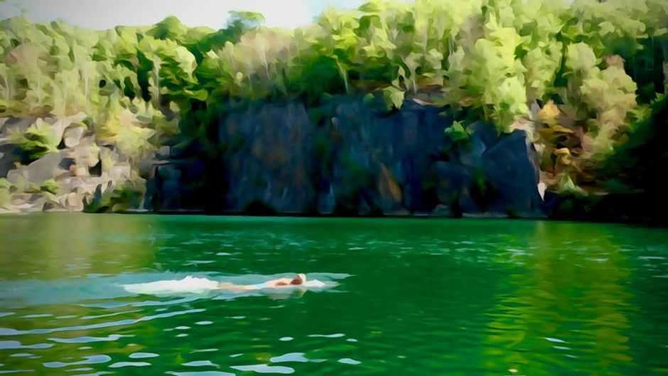 The gentle art of wildswimming. Hier beim Schwimmen in einem verlassenen Steinbruch.