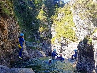Yeah! Rein ins Vergnügen! Canyoning ist ein Riesen-Abenteuer. // Foto: Canyoning-Tour Allgäu