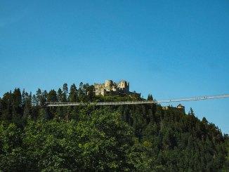Hängebrücken sind beliebte Ausflugsziele, wie die highline 179 an der Burg Ehrenberg in Reutte. // Foto: Hans Braxmeier auf pixabay.com (2799694)