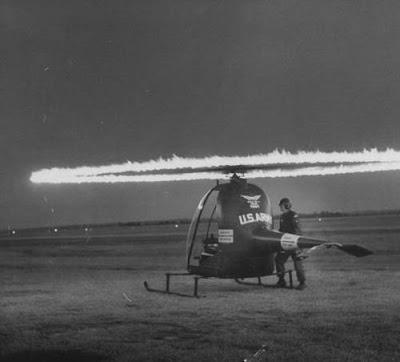Imagina un pequeño helicóptero experimental con reactores en los extremos de sus palas (ramjets en este caso). No imagines más y observa esta imagen nocturna de un Hiller HOE-1 de los años cincuenta. (LIFE).