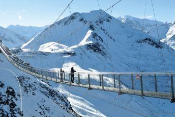 """Der Gipfelbereich des Stubnerkogels, 2246 m, oberhalb von Bad Gastein wurde unter anderem mit einer 14 m langen Hängebrücke zu einem """"Erlebnisberg"""" ausgebaut."""