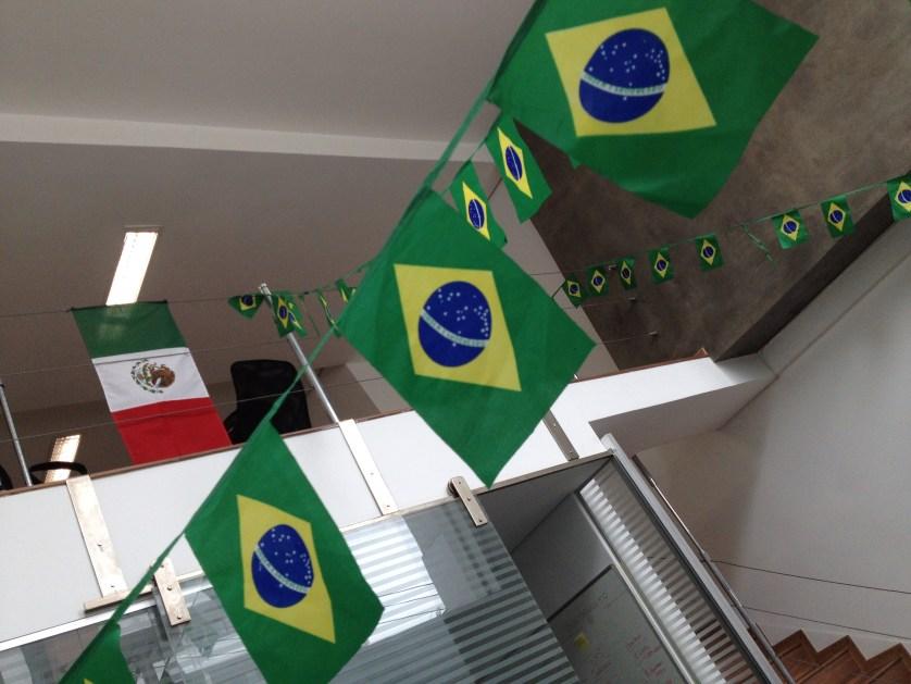 La oficina durante el mundial con banderitas de Brasil, yo puse la de México.