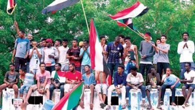 سودانيون يحتفلون بالاتفاق بين المجلس العسكري و«قوى الحرية والتغيير» في الخرطوم 3 اغسطس 2019م