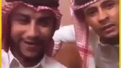 القبض على مقيمين من جنسية عربية، بعد تداول مقطع فيديو لهما وهما يسخران من الزي السعودي.