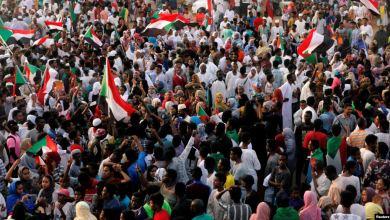 سودانيون في الخرطوم خلال احتفالات بتوصل المعارضة والمجلس العسكري إلى اتفاق للمرحلة الانتقالية- أرشيف