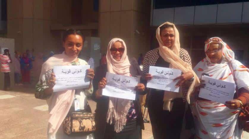 ناشطات وحقوقيات وسياسيات أمام وزارة العدل في الخرطوم