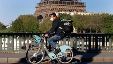 شخص يقود دراجة هوائية قرب برج ايفيل في باريس Getty