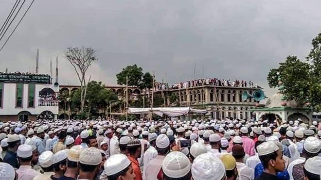 عجزت الشرطة في بنغلاديش عن منع جموع كبيرة من المشاركة في تشييع جثمان رجل دين بارز Getty