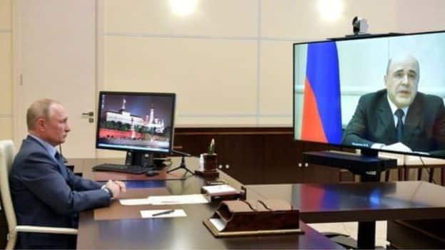 عرض التلفزيون الروسي مشاهد تظهره وهو يبلغ الرئيس فلاديمير بوتين بإصاباته بفيروس كورونا - رويترز