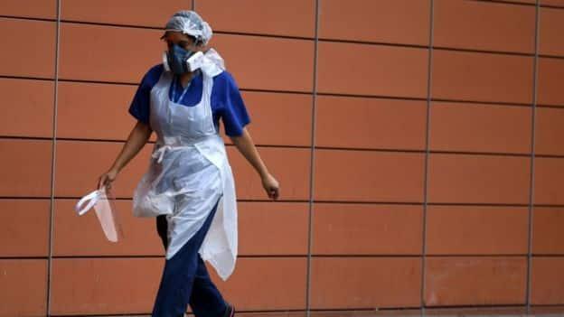 يواجه العاملون في مجال الصحة فيروس كورونا ويعرضون أنفسهم لخطر الإصابة به
