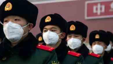 رجال شرطة صينيون يرتدون كمامات