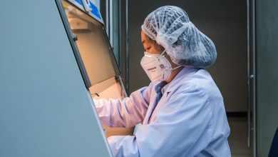 WHO/P. Phutpheng فنية مختبر تعمل في مركز صحي وعلمي في بانكوك، تايلاند. وهو مركز متعاون مع منظمة الصحة العالمية للبحوث والتدريب على الأمراض الحيوانية فيروسية المنشأ.