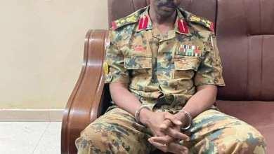 مجرم يرتدي زي عميد بإستخبارات الجيش السوداني بمعية مجرمين يرتدي اثنان منهما زي الدعم السريع وآخر يرتدي الملابس المدنية يقتحمون سفارة دولة (أوكرانيا)