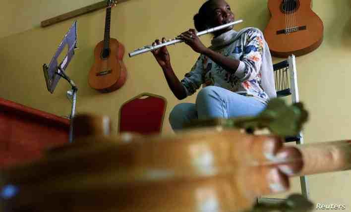 عازفة الفلوت سوميا صلاح عبد الحي تعزف الموسيقى في استوديو في كلية الموسيقى والدراما في جامعة السودان في الخرطوم، السودان 14 مارس 2020. صورة التقطت في 14 مارس 2020. رويترز/محمد نور الدين عبد الله