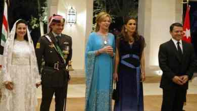 الملك عبد الله وزوجته الملكة رانيا (في أقصى اليمين) يحضران حفل زفاف الأمير حمزة والأميرة نور (يسار) . وفي الوسط الملكة نور، والدة الأمير حمزة GETTY IMAGES