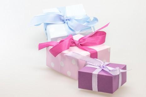تفسير حلم الهدية أو اعطاء هدية من الحبيب أو شخص في المنام