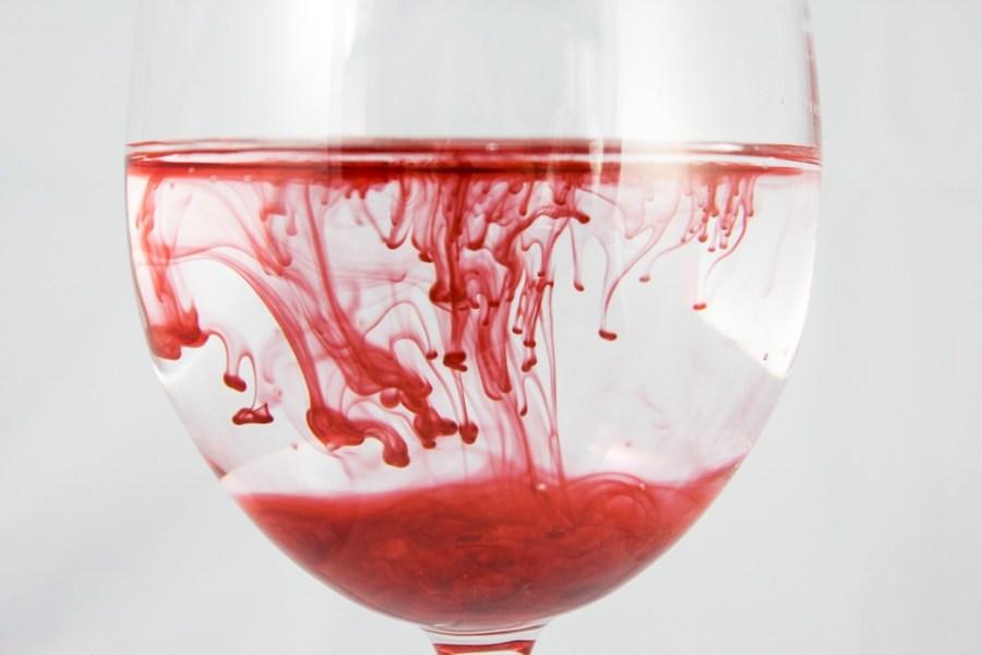 تفسير حلم رؤية نزول و خروج الدم من الفرج أو الدورة في المنام