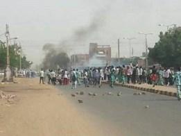الحكومة تلزم رؤساء التحرير بالصمت وترفع أسعار سلع جديدة