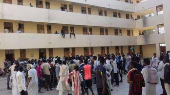 استقالات جماعية لطلاب البحر الاحمر احتجاجاً على فصل زملائهم
