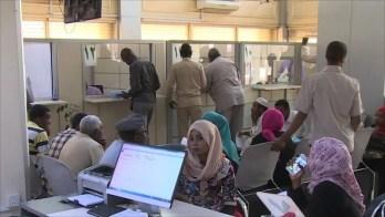 الاقتصاد والسياسة وجهان لعملة متدهورة في السودان