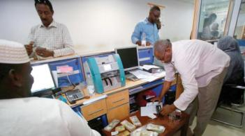 أزمة «شح السيولة» في السودان تذكر بأيام حصار ثوار المهدي للخرطوم