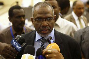 ناشطون يطلقون هاشتاق #غرد_كأنك_معتز_موسى للسخرية من رئيس الوزراء السوداني