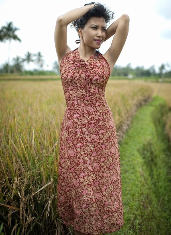 Sukienka maxi z naturalnego jedwabiu z wiązaniem na szyi i profilowanym dekoltem Singaraja modelka front