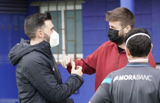 Sarabia saluda Gerard Piqué, que s'ha apropat a veure el partit.