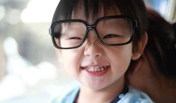 قبل العودة للدراسة ھل یحتاج طفلك إلى استخدام نظارة؟
