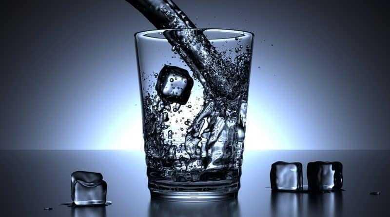 glass-cold-water-weight-loss-لفقدان الوزن الماء أفضل من المشروبات قليلة السعرات (الدايت)