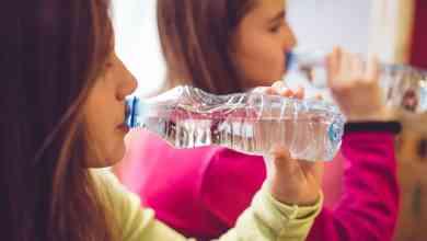 الأبحاث تكشف: أغلب مياه الزجاجات المعدنيه يحتوي على دقائق بلاستيكية