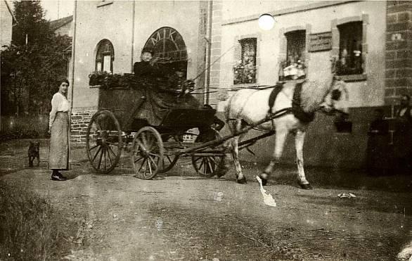 Eine Droschke (ca. 1914) vor dem Haus von Josef Kröll und Johann Hertling