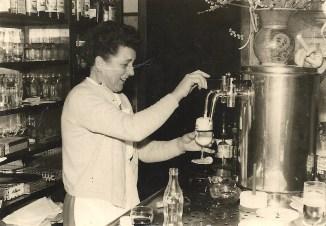 Johanna Becker am Zapfhahn - Ende 1950er Jahre