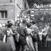Tanz auf der Neuwieder Strasse am Kirmesdienstag zum Ausklang 1952