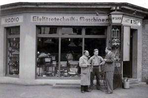 Tankstelle mit Laden um 1948 v.l.n.r. Johann und Hans Reuschenbach mit Vertreter