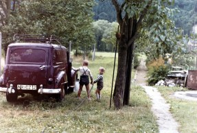 Opel Olympia mit Dieter und Hardy Reuschenbach um 1960