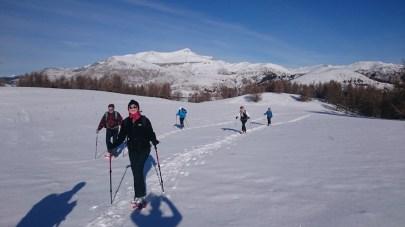 Des randonneurs en raquettes heureux de faire leur trace au pied du Mont Mounier