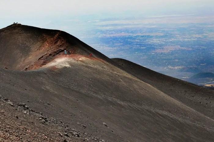 En Sicile, il skie sur le sable noir du volcan Etna !