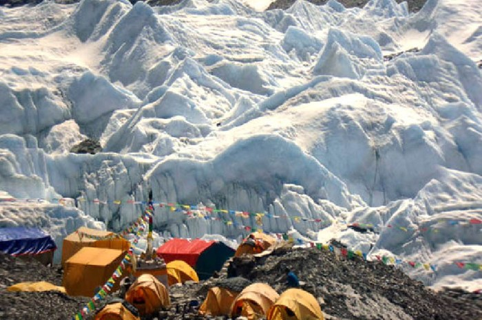 Everest : une pollution issue des vêtements et tentes imperméables