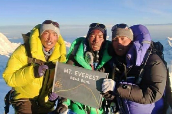 Douze sherpas au sommet de l'Everest : premières réussites de la saison !