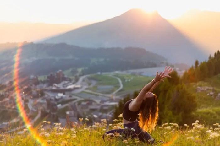 Cet été, la montagne se transforme en cours de yoga géant !