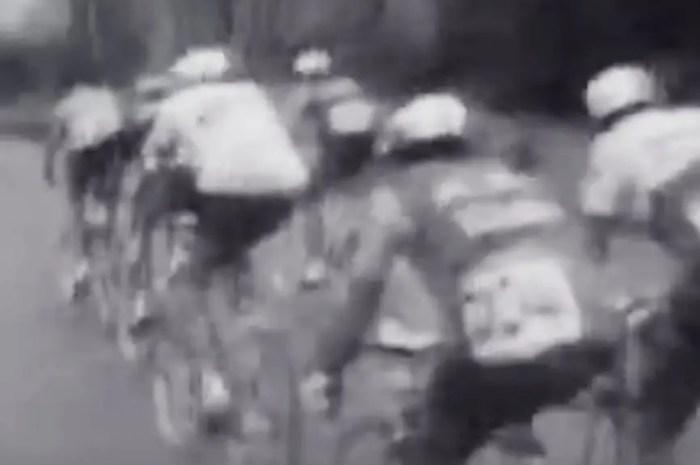 Le peloton passe le Port d'Envalira, souvenir du mythique Tour 1964
